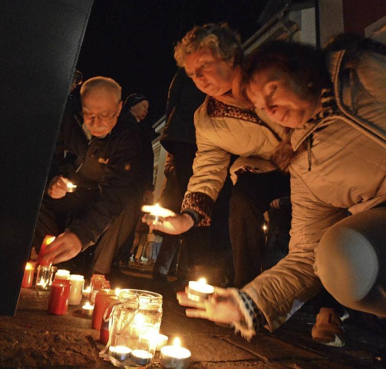 Kerzen zum Gedenken an der Stele in der Teichstraße    Foto: Barbara Ruda