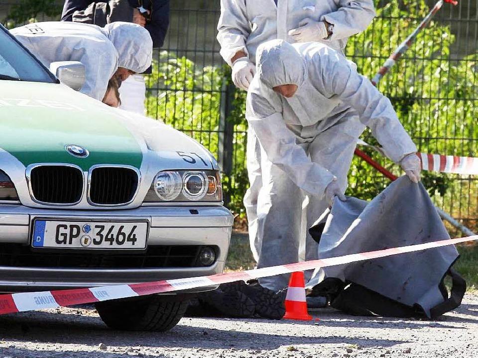 Polizisten untersuchen 2008 den Heilbronner Tatort.  | Foto: dpa