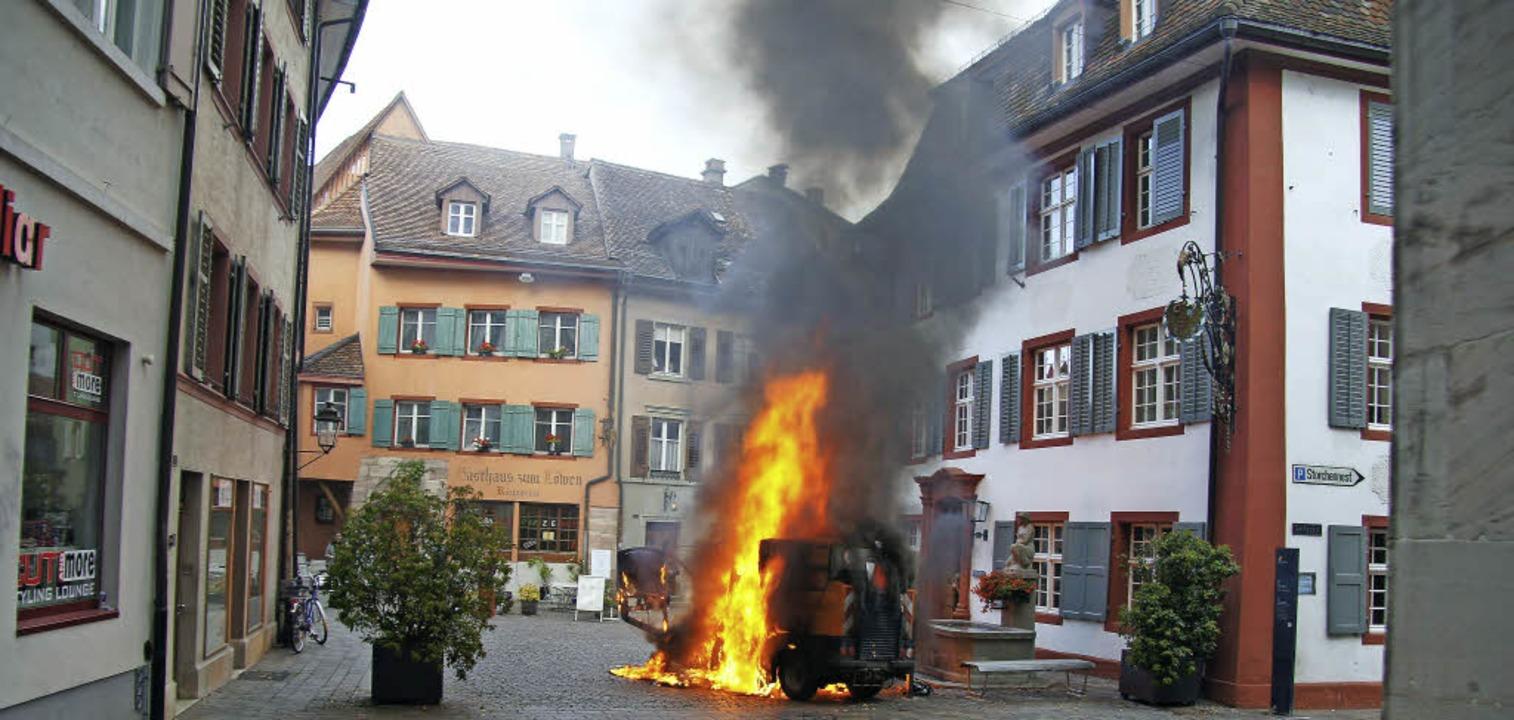 Ein Raub der Flammen: Die Straßenkehrmaschine brannte aus.     Foto: Valentin Zumsteg