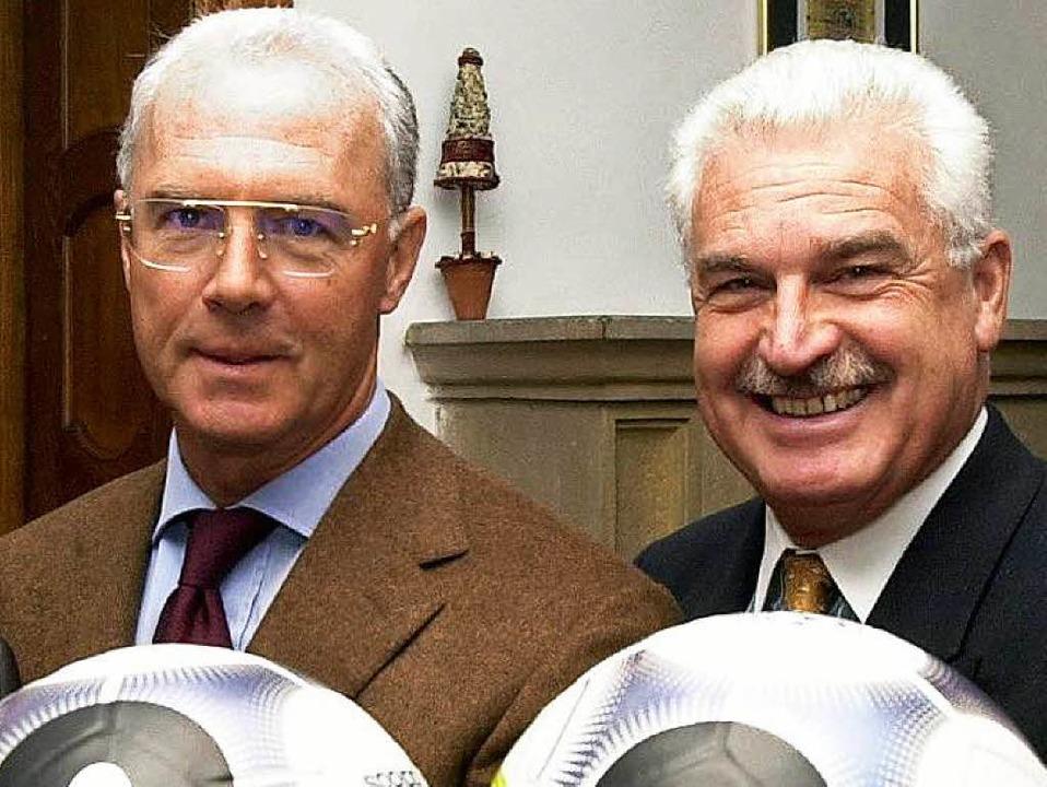 Franz Beckenbauer (links) und sein Str...eher in Sachen WM 2006, Fedor Radmann.  | Foto: dpa