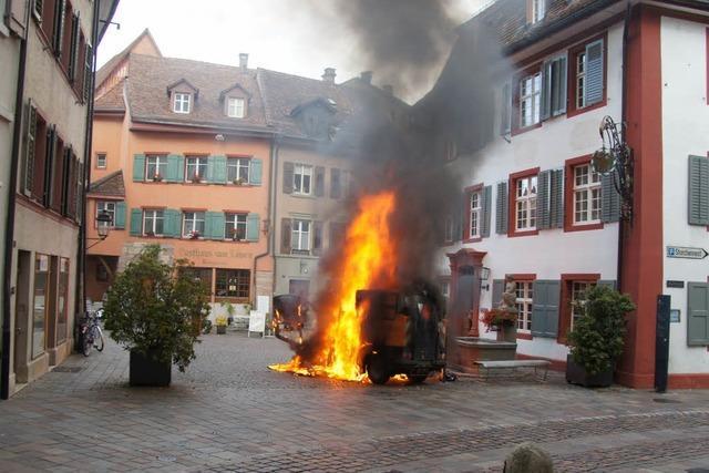 Kehrmaschine in Rheinfelden geht in Flammen auf