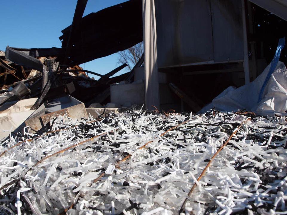 Das Gelände der Firma KVS Plastics am Tag nach dem Großbrand    Foto: Michael Haberer