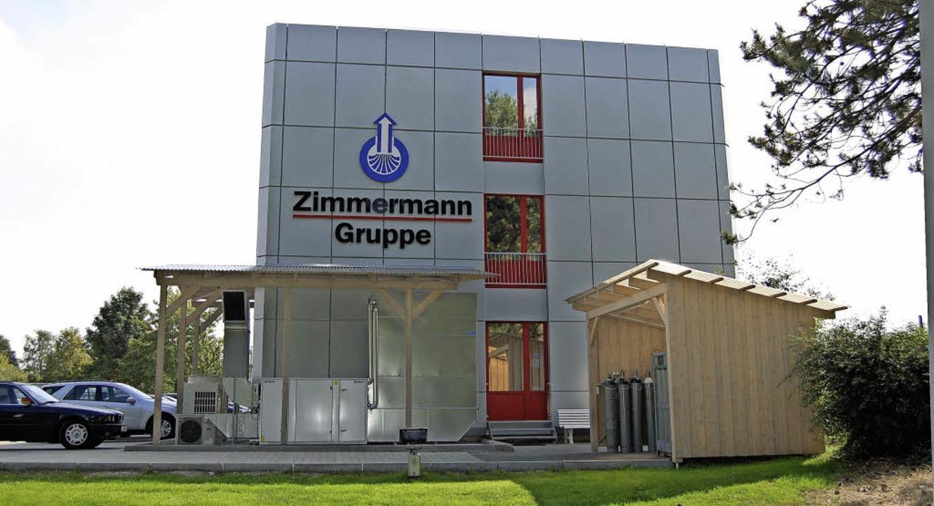 Grüner Rasen, rote Fenster, blaues Logo: Zimmermann in Gütersloh   | Foto: Zimmermann-Gruppe