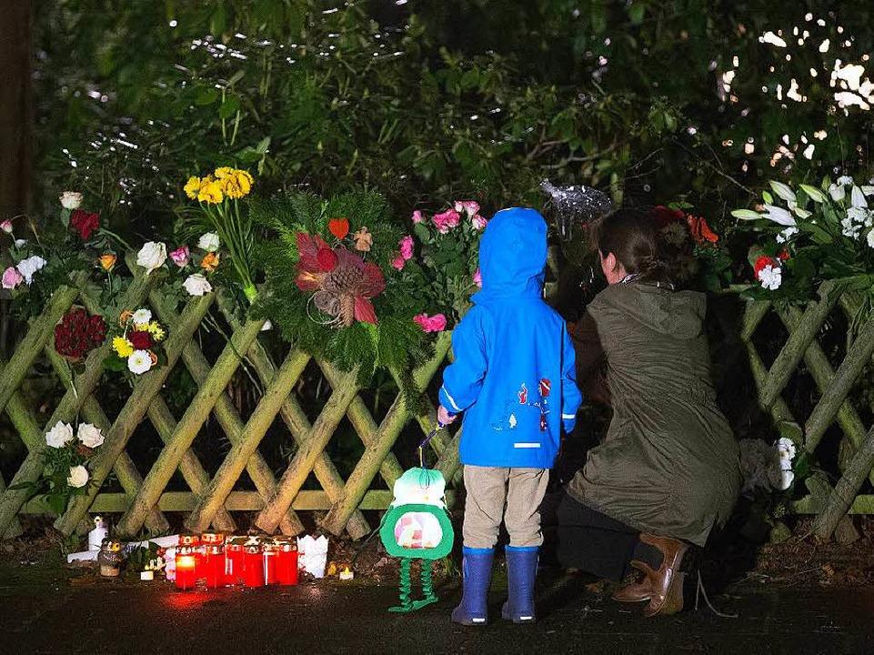 Eine Mutter und ihr Sohn legen am 10.1...tkanzler Helmut Schmidt Blumen nieder.  | Foto: dpa