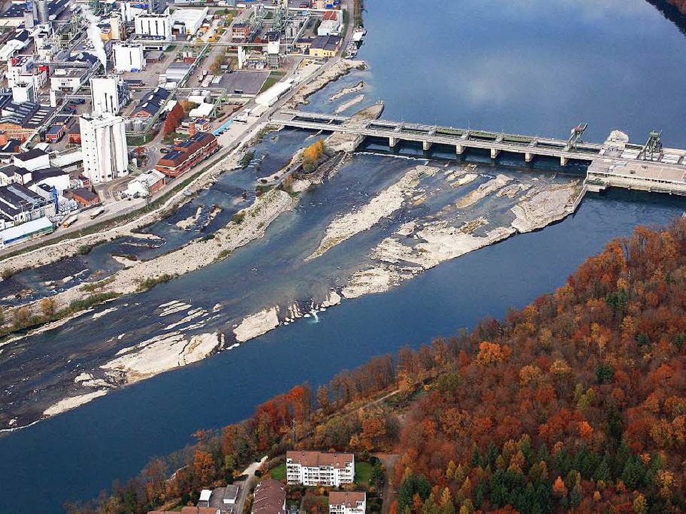 Am Wasserkraftwerk in Rheinfelden ragen die Felsen aus dem Rhein.     Foto: Erich Meyer