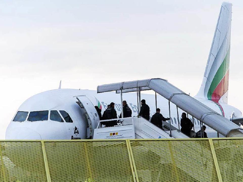 Abgelehnte Asylbewerber steigen Ende 2...er Sammelabschiebung in ein Flugzeug.     Foto: dpa