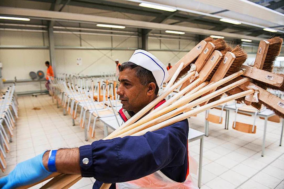 Dieser Flüchtling aus Pakistan arbeitet in der Erstaufnahmestelle in Ellwangen.  | Foto: dpa