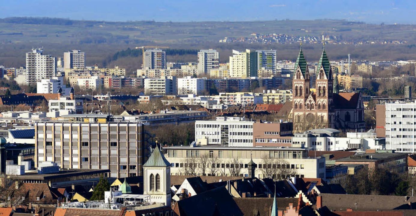 Blick über die Stadt bis zu den Hochhä...; dort ist das Forum Weingarten aktiv.  | Foto: Ingo Schneider