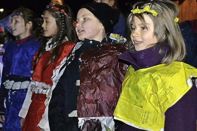 St.-Martins-Spiel mit Kostümen aus Zeitungspapier