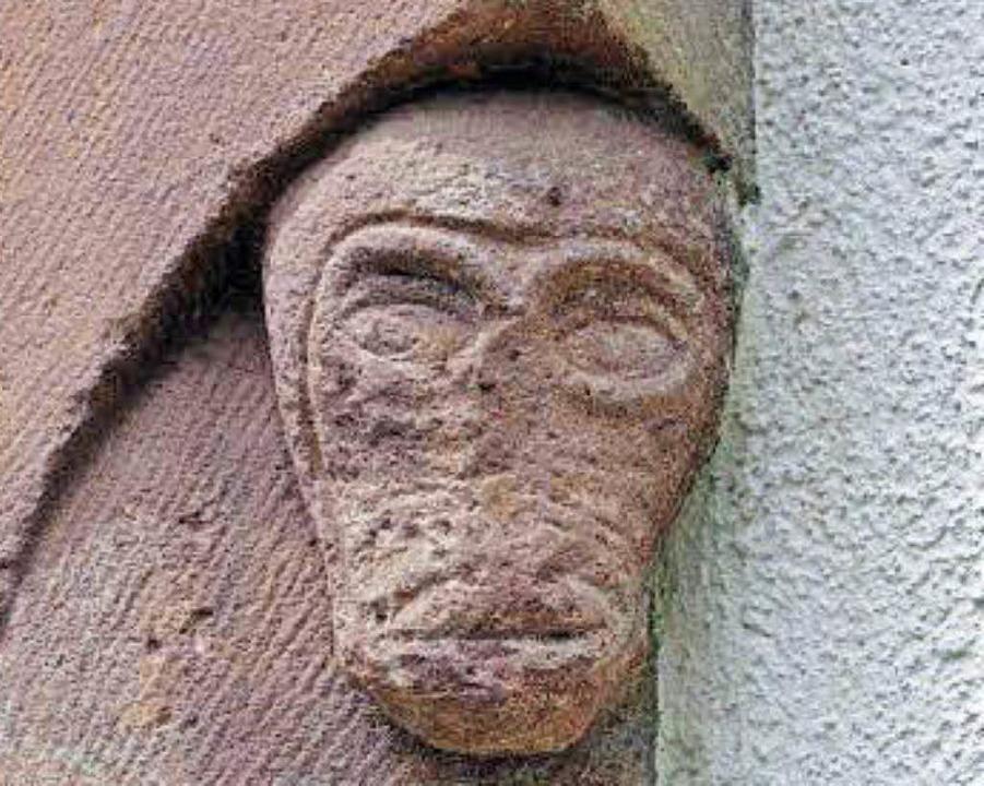 Links ist ein grotesker Kopf an der Vo...tersheim, am  Taufstein in St. Gallus.  | Foto: Dargleff Jahnke
