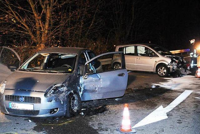71-Jährige gerät auf Gegenfahrbahn: Unfall mit fünf Autos