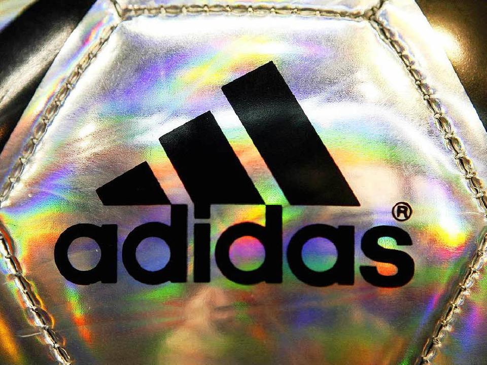 Das Adidas-Logo prangt auf Fußbällen, Schuhen, Lifestyle-Artikeln  | Foto: dpa