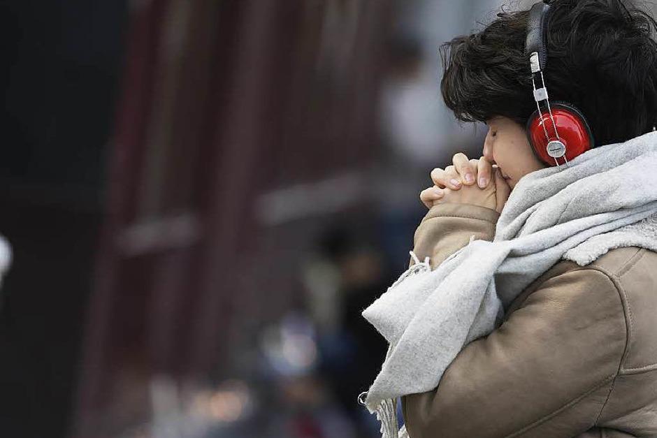 Eine Frau trauert vor der Bar Carillon. (Foto: AFP)