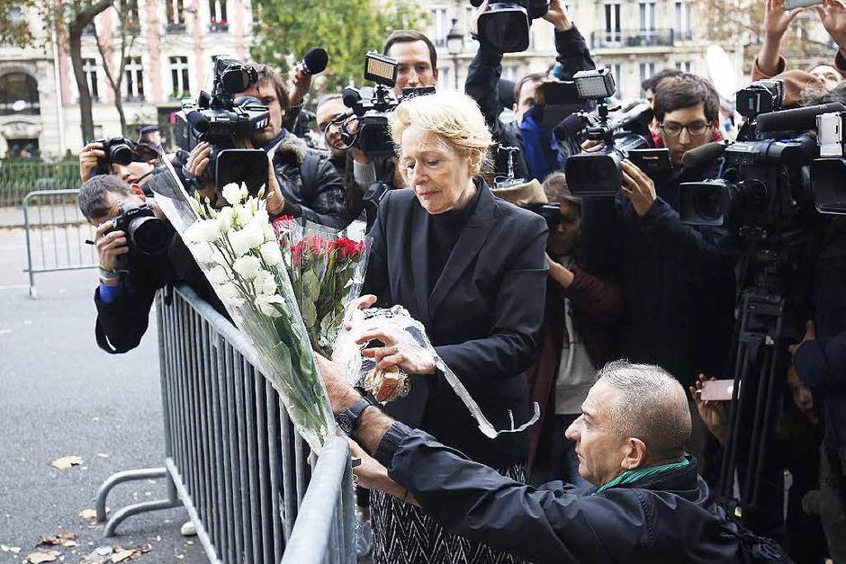 Vor der Konzertlocation Bataclan legen trauerende Menschen Blumen nieder. (Foto: dpa)