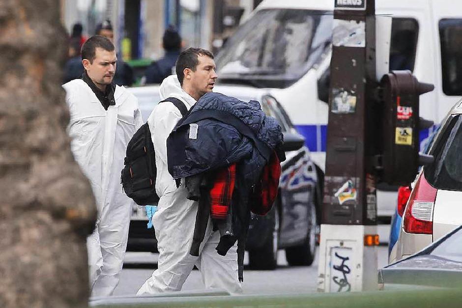 Terror in Paris: Trauer und Bestürzung am Tag danach. Die Polizei sichert derweil an den Tatorten die Spuren. (Foto: dpa)