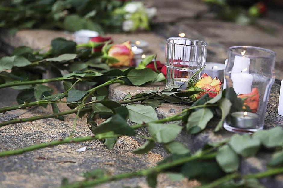 Terror in Paris: Trauer und Bestürzung am Tag danach. Die Polizei sichert derweil an den Tatorten die Spuren. (Foto: AFP)