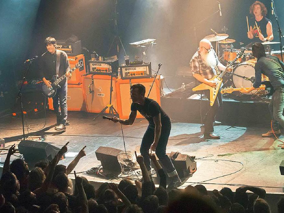 Die US-Band Eagles of Death Metal auf ...vor die Attentäter die Halle stürmten.  | Foto: AFP