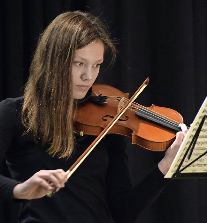 Musikschülerin Vivienne Peters spielt Oskar Riedings Concertino in D-Dur op 25  | Foto: Sarah Nöltner
