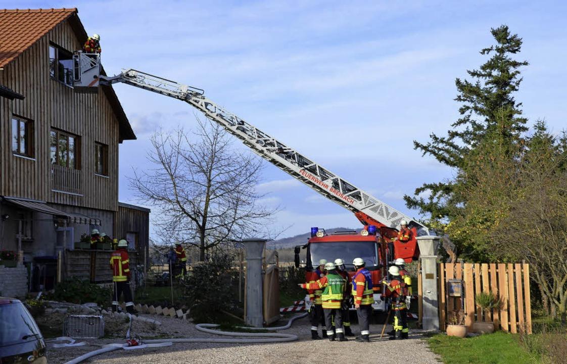 Viele Schaulustige  verfolgten die Übu...rsonen aus dem Dachgeschoss zu retten.  | Foto: Hans-Jochen Voigt
