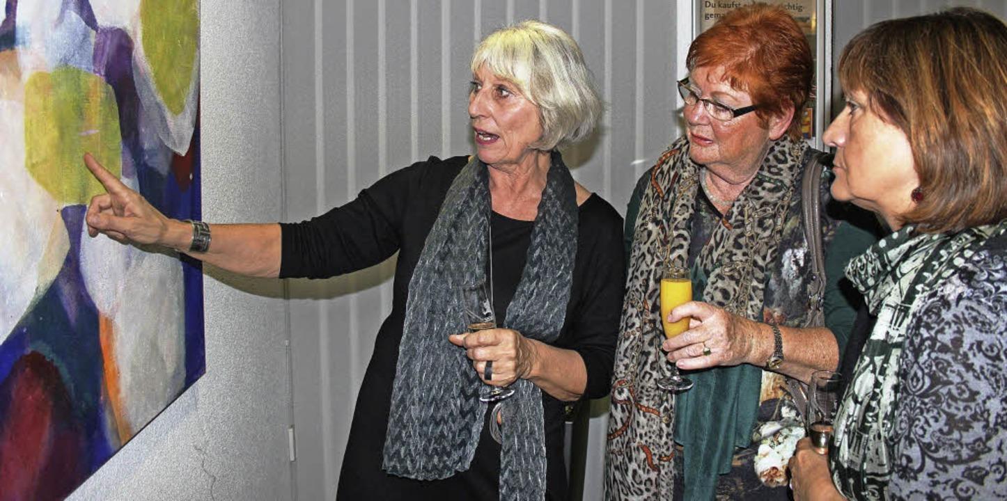 Die Malerin Hanne Günther erläutert in...rten Besucherinnen eines ihrer Werke.   | Foto: Horst David