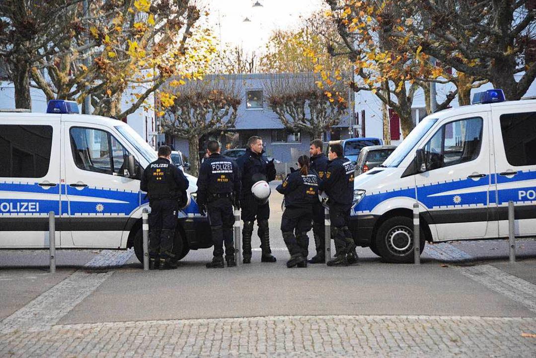 Polizeieinheiten am Marktplatz  | Foto: Hannes Lauber