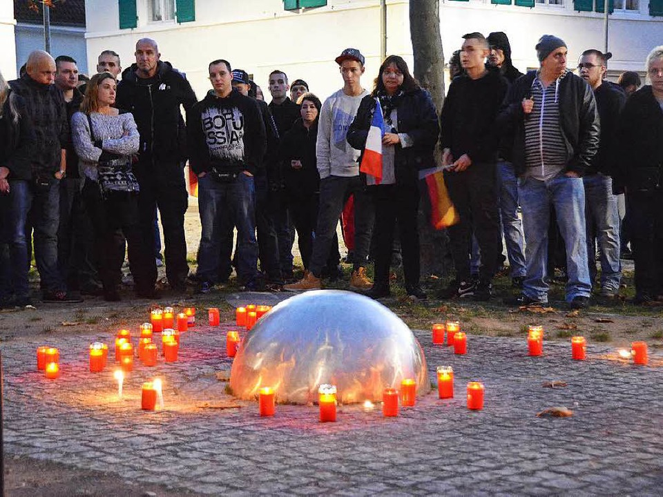 Kundgebungsteilnehmer zündeten Kerzen an.  | Foto: Hannes Lauber