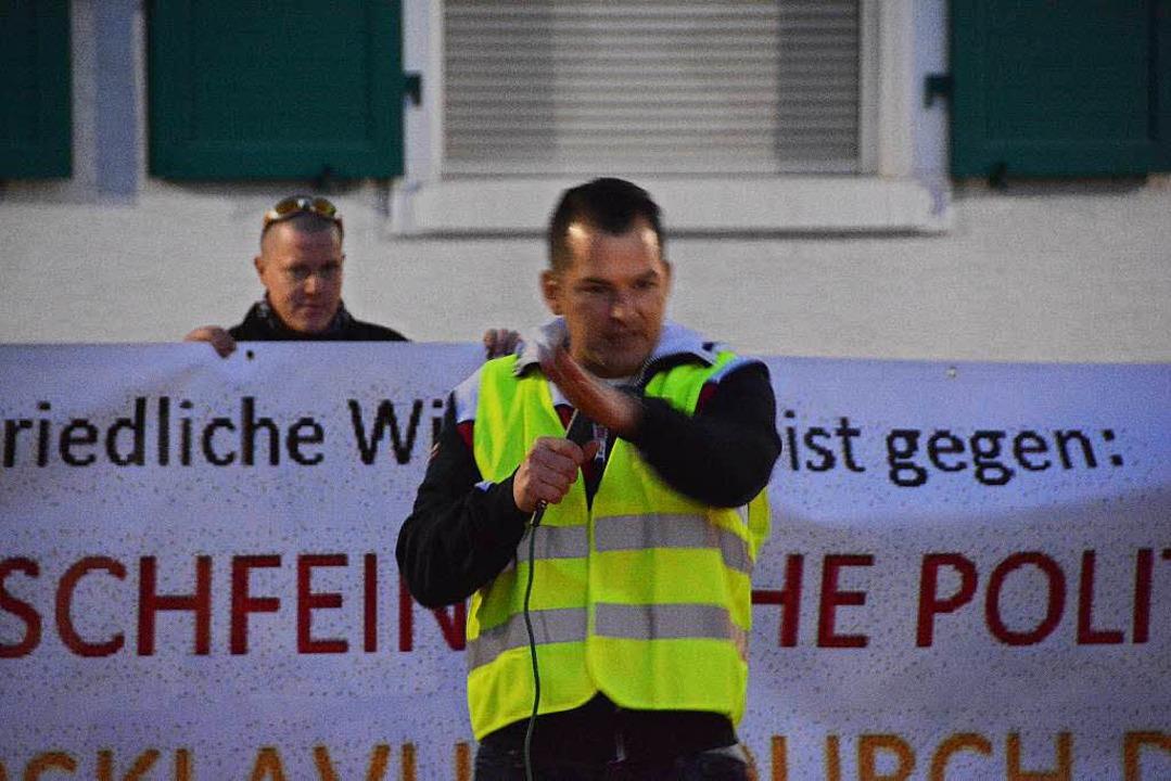 Gastredner Tobias Steiger von Pegida-Schweiz  | Foto: Hannes Lauber