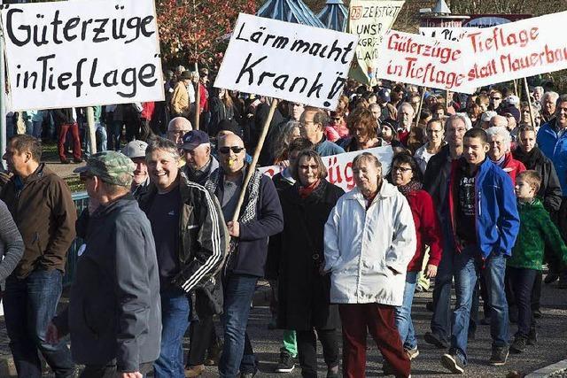 Markgräfler gehen gegen Ausbaupläne der Bahn auf die Straße