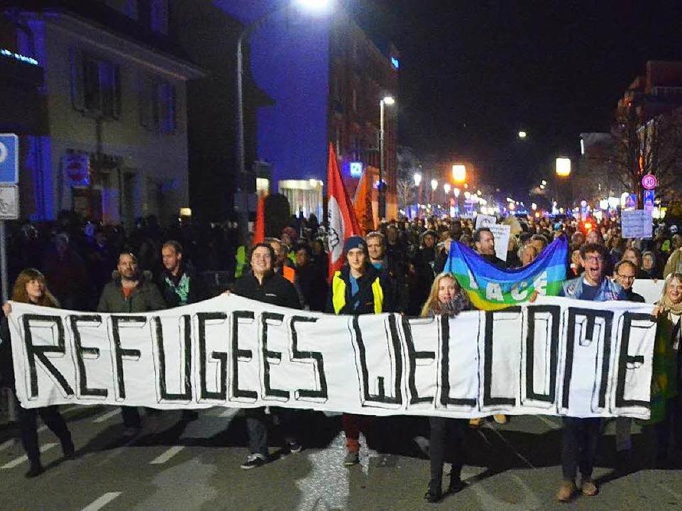Der Zug der Gegendemonstranten auf der Hauptstraße  | Foto: Ulrich Senf