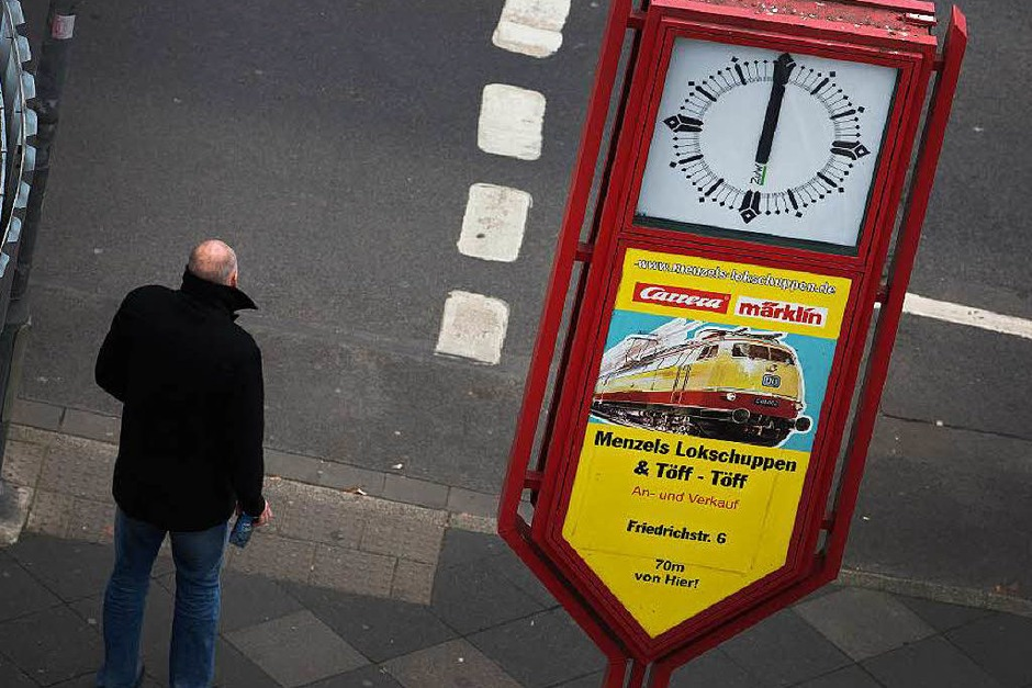 Um 12 Uhr am Montag gedachten Menschen den Opfern der Terroranschläge von Paris. (Foto: dpa)
