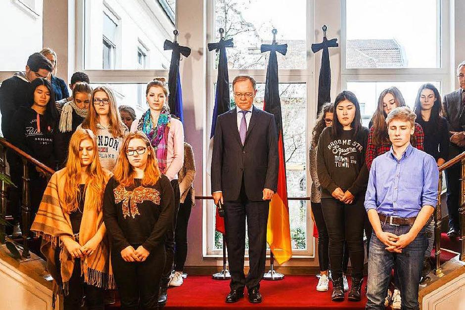 Der niedersächsische Ministerpräsident Stephan Weil nahm gemeinsam mit einer Schulklasse an der Schweigeminute teil. (Foto: dpa)