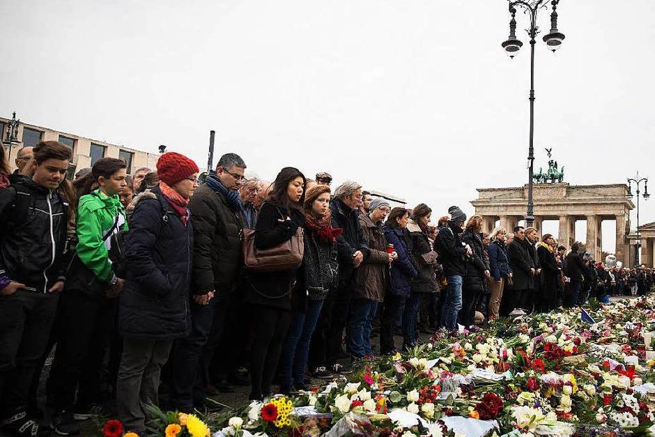 Bei der Schweigeminute vor dem Brandenburger Tor (Foto: dpa)