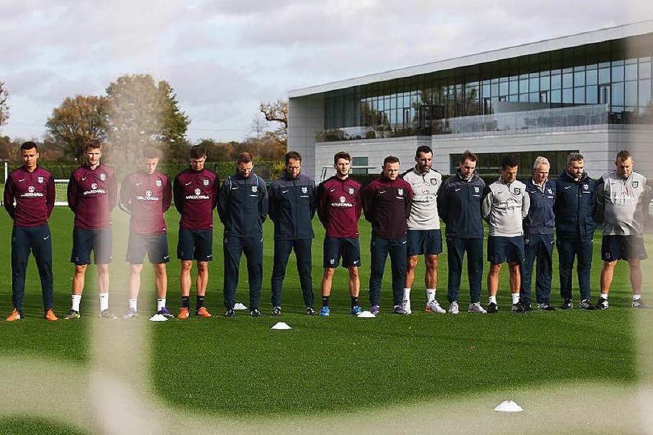 Spieler der Tottenham Hotspurs unterbrachen ihr Training für eine Minute. (Foto: AFP)