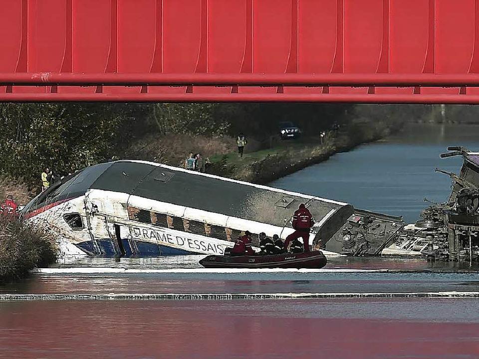 Ein Triebwagen im Kanal statt auf den Schienen: TGV-Unglück im Elsass.  | Foto: AFP