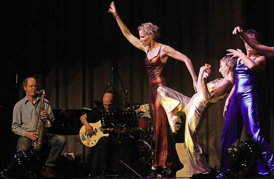 Jazz und Tanz ergänzen sich bei der Performance.  | Foto: Erik Stahlhacke