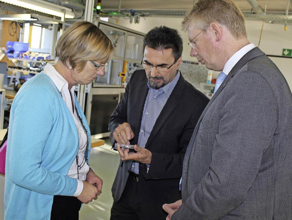 Firmenchef Theodor Wanner (Mitte) zeig...Christian Riesterer sein Unternehmen.   | Foto: Mario Schöneberg