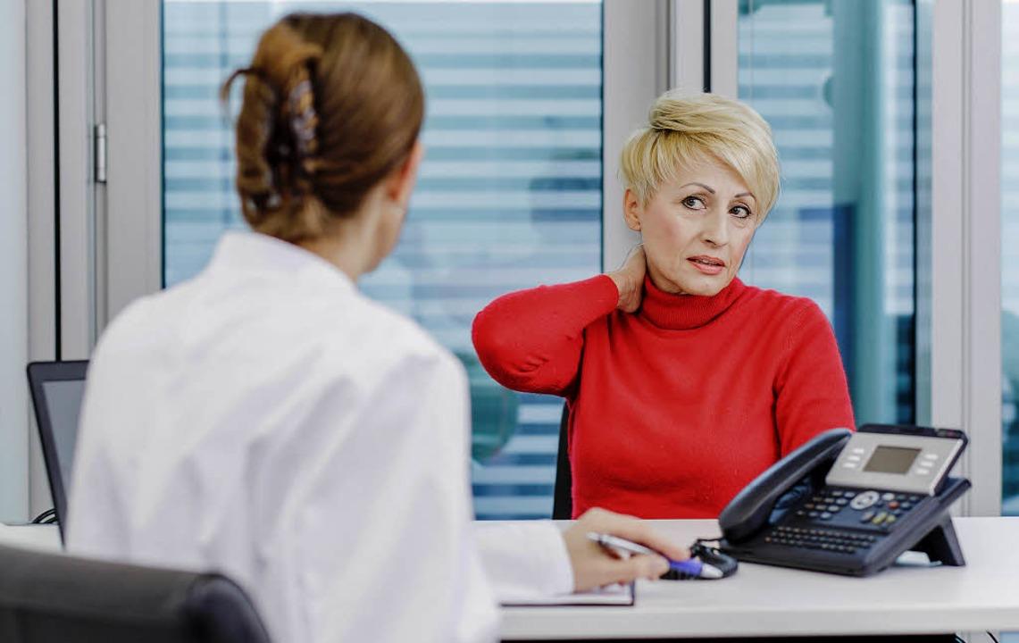 Was ist für diese Patientin der beste ...te die Ärztin beim Gespräch bedenken.   | Foto: dpa