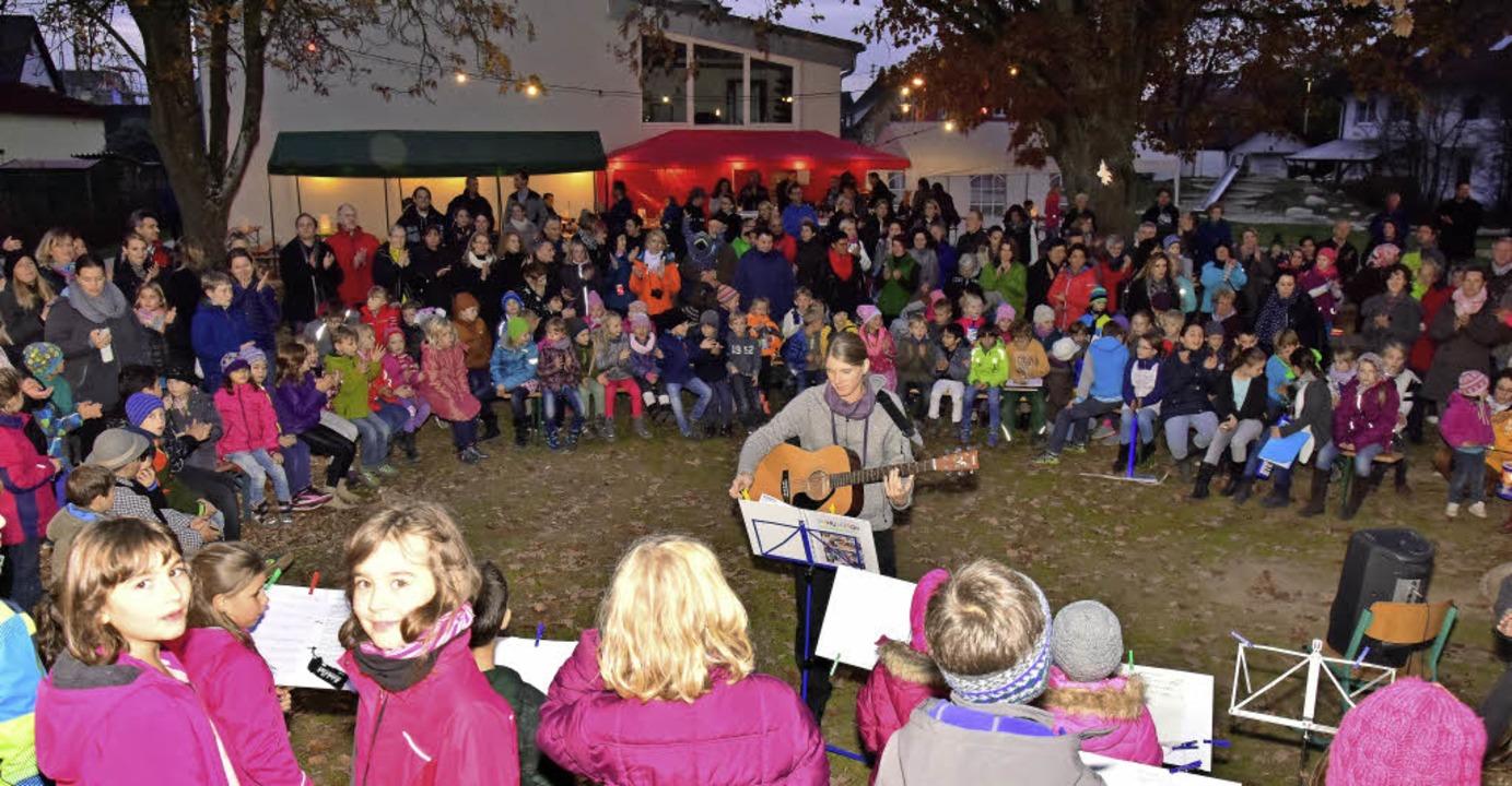 Mit einem Lichterfest feierten    die ...lung der Ortsmitte hinter dem Rathaus.    Foto: Dieter Erggelet