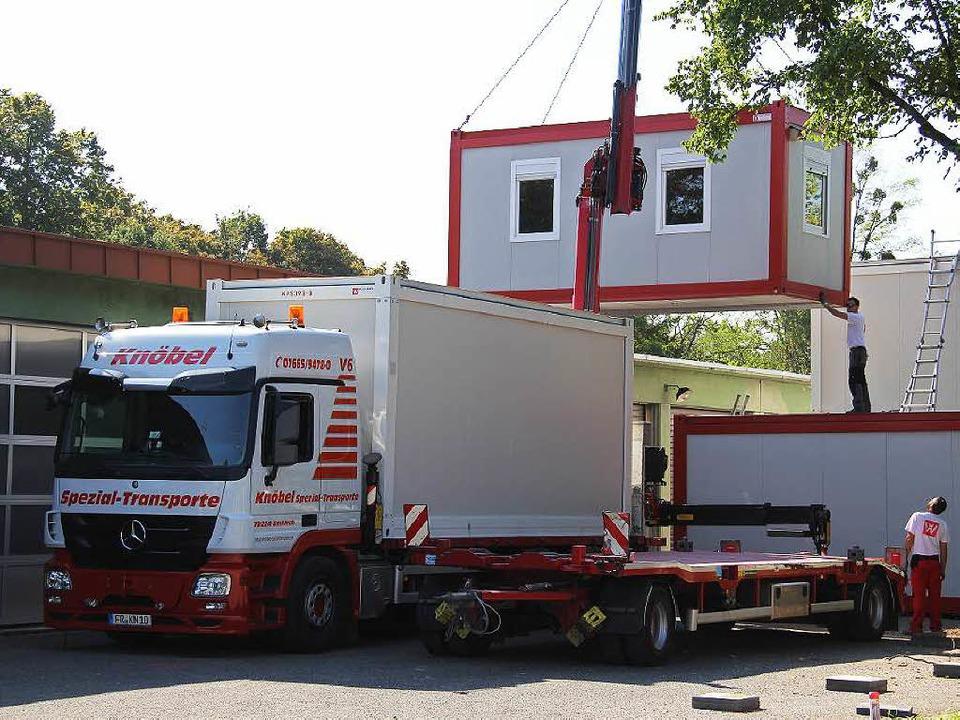 Aufbau der Container für Flüchtlinge i...ringung der Menschen kostet den Kreis.  | Foto: Alexander Huber
