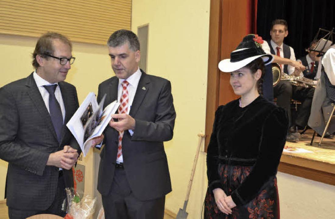 Geschenke für den Minister beim Festak...Tränkle in Elztäler Tracht (von links)  | Foto: Nikolaus Bayer