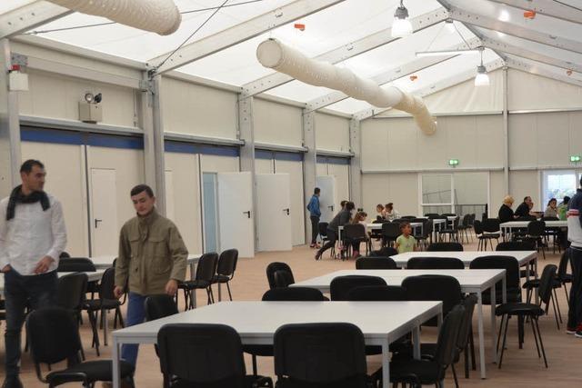 Flüchtlinge ziehen in Notunterkunft in Brombach ein – mit Protest