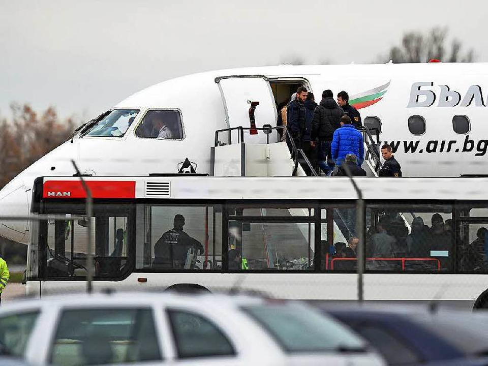 Sammelabschiebung vom Baden-Airpark am...ulgaria Air in den Kosovo abgeschoben.  | Foto: dpa