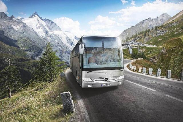 So geht's mit dem Bus zum Skifahren in die Alpen