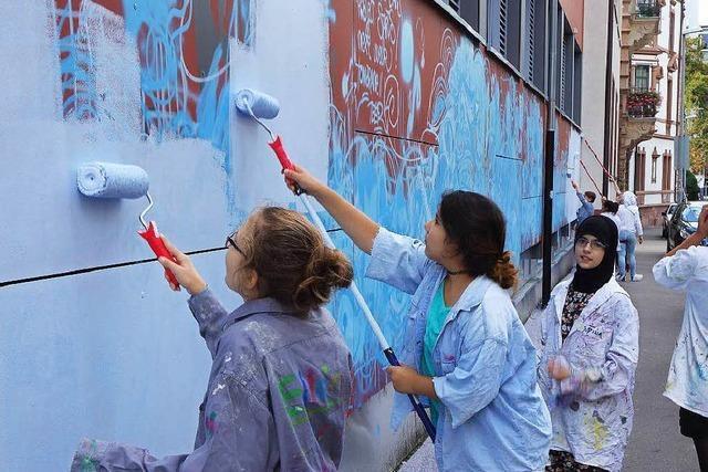 Schülerinnen des St. Ursula-Gymnasiums bemalen 36-Meter-Wand