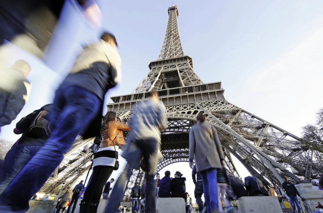 Ziel vieler Touristen in  Paris: der Eiffelturm   | Foto: dpa