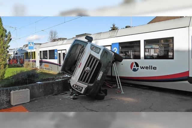 Signal übersehen – Auto wird von Zug gerammt