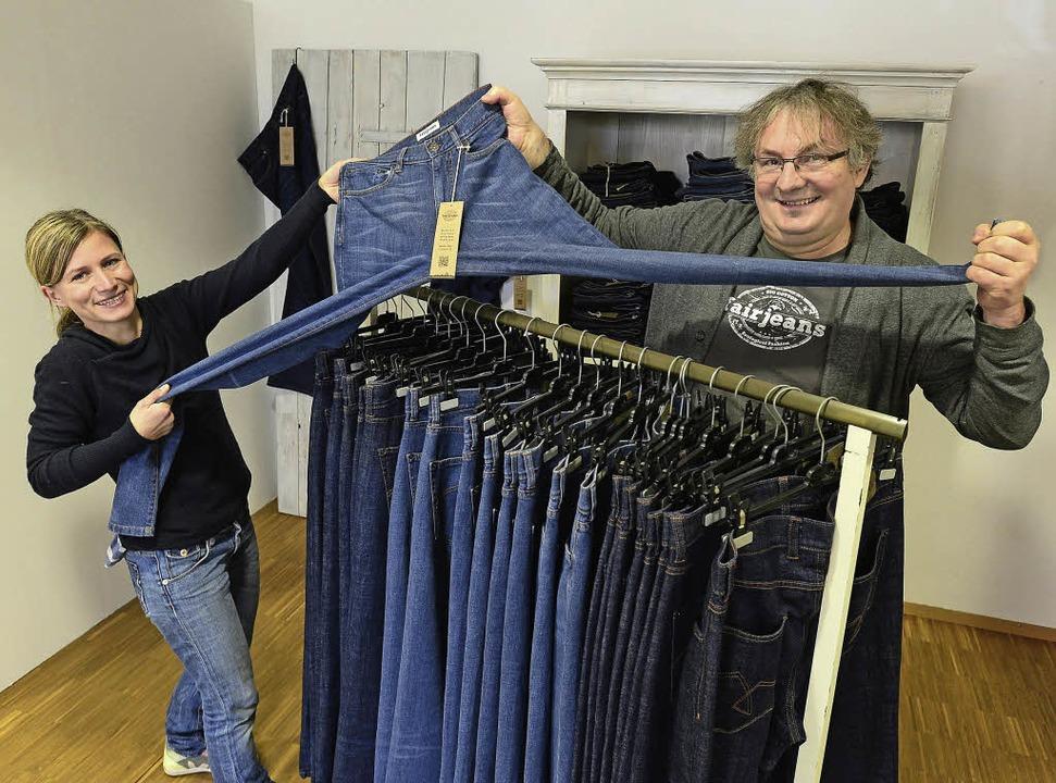 Miriam Henninger und Walter Blauth mit ihren Männermodellen der fairen Jeans.  | Foto: Ingo Schneider