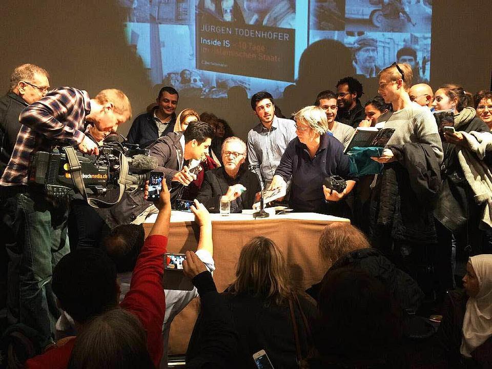 Großer Andrang bei der Autogrammstunde...Todenhöfer signiert seinen Bestseller.  | Foto: flo