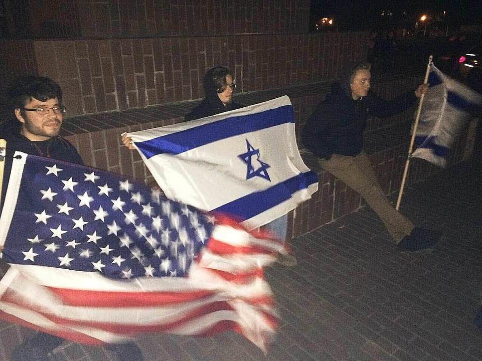 Drei Demonstranten vor dem Bürgerhaus:...iamerikanismus und Antisemitismus vor.  | Foto: flo