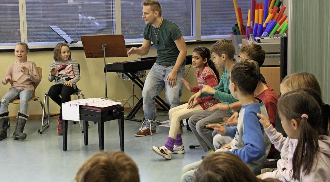 Einen besonderen Schultag erlebten die...is mit seinem Bodypercussion-Workshop.  | Foto: Christiane Franz